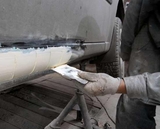 Шпаклевка автомобиля своими руками под силу любому автомобилисту, и далее поговорим о том, с чего начать и как не делать ошибок при выравнивании деталей.