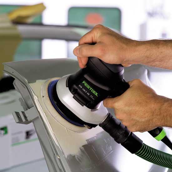 Затирать шпаклевку удобнее всего пневматической орбитальной шлифмашиной с пылеотведением.
