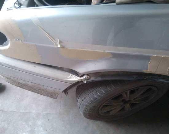 Малярный скотч используется при шпаклевании кузова автомобиля для разметки линий и ограничения площади нанесения материала.