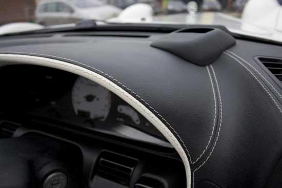 Отделка торпедо салона автомобиля кожей является отличным способом избавиться от дешевого пластика.