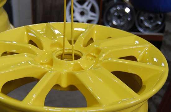После высокотемпературной полимеризации порошковой краски на поверхности диска образуется прочное покрытие выбранного цвета.