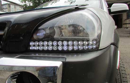 Светодиоды в фарах — это атрибут современных автомобилей, но штатная оптика первых Туссанов не успела ими обзавестись.