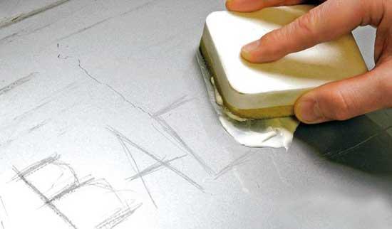 Царапины на лаке убираются абразивными пастами, но если царапина прошла насквозь, то помочь может только покраска.