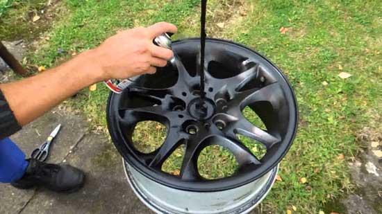Чтобы не бегать с баллончиком вокруг диска, его можно подвесить на веревке и крутить.