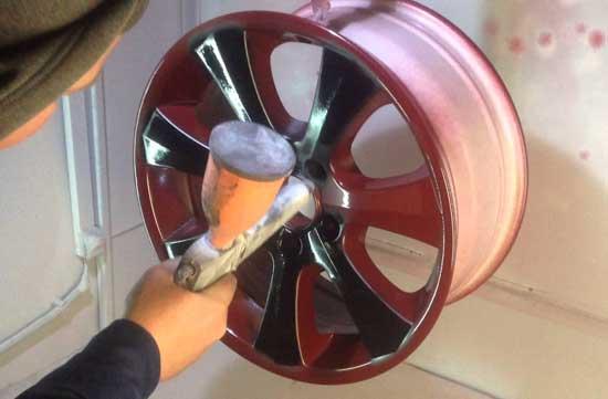 При определенных навыках работы краскопультом красить диски можно и без трафарета, но границы при этом будут немного смазаны.