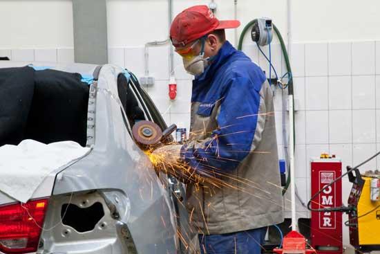 Несомненное преимущество автосервиса заключается в том, что там имеется возможность выполнения ремонта любой сложности — от точечной покраски до восстановления геометрии кузова.