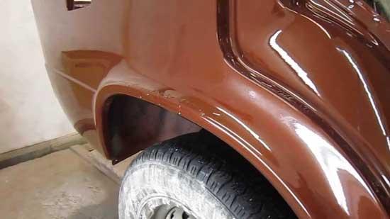"""Подтеки краски или лака часто наблюдаются на отвесных участках кузова, а также на нижних кромках, где они образуют """"гребенку""""."""