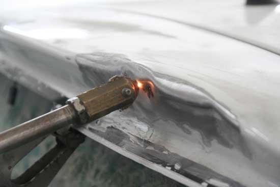 Споттер и контактные шайбы позволяют быстро выправлять вмятины, работая исключительно снаружи.