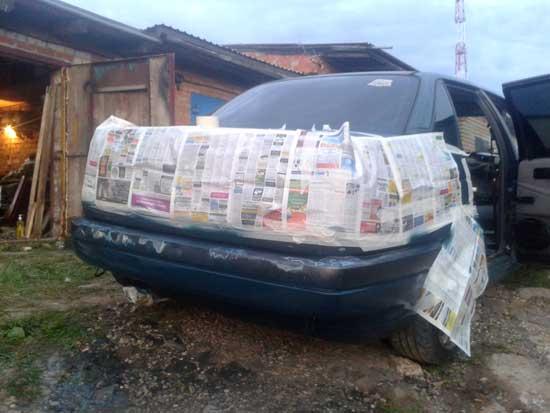 Покраска бампера, не снимая его с автомобиля, требует изоляции, для которой неплохо подходят газеты.