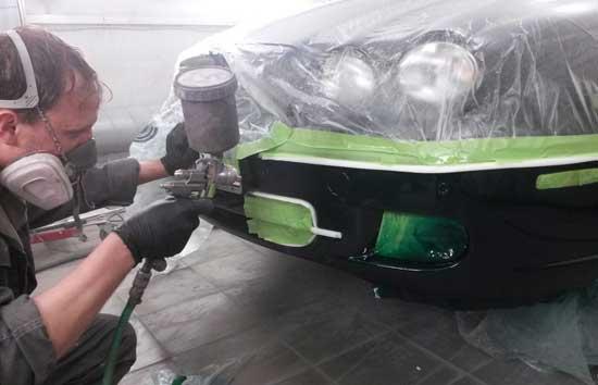Окрашивая бампер пятном, переднюю часть автомобиля следует герметично обернуть пленкой.