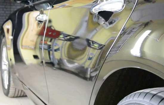 Лак обеспечивает высокую отражающую способность и глубину цвета автомобиля.