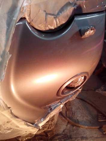 Покрасить пластиковый бампер с переходом на крыло или капот можно, не снимая его с автомобиля.