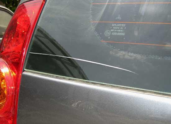 Широкие царапины на стекле, как правило, имеют небольшую глубину, поэтому полируются относительно легко.
