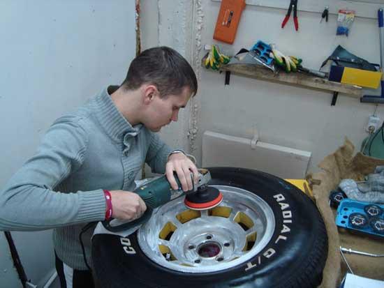 При полировке колесных дисков пригодится угловая шлифмашинка с поролоновым диском