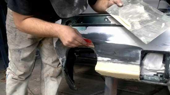 Для работы с пластиковыми деталями автомобиля используются специальные шпатлевки