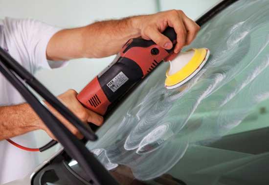 Реставрацию автомобильного стекла с помощью шлифовки и полировки можно выполнить самостоятельно, если иметь шлифмашину и набор абразивных кругов.