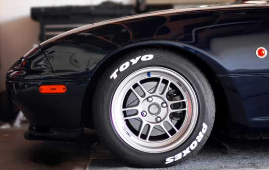 Контрастные принты на автомобильной резине