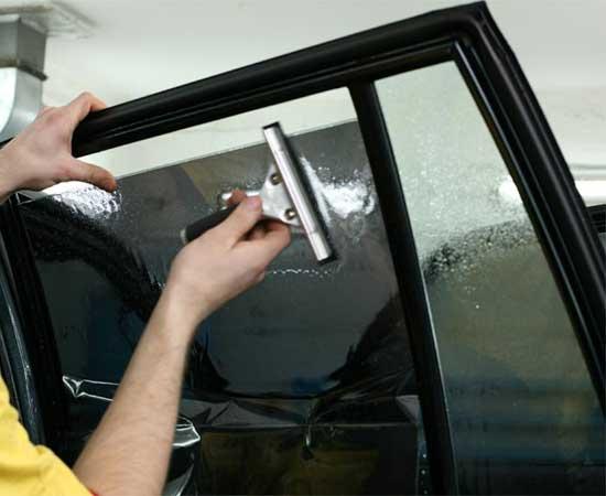 Устранение пузырей на пленке для затемнения стекла